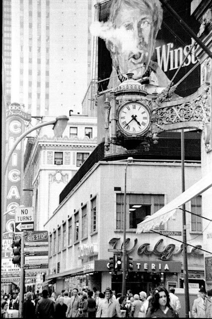 Billboard_at_State_St_n_Randolph_in_Chicago_03.jpg