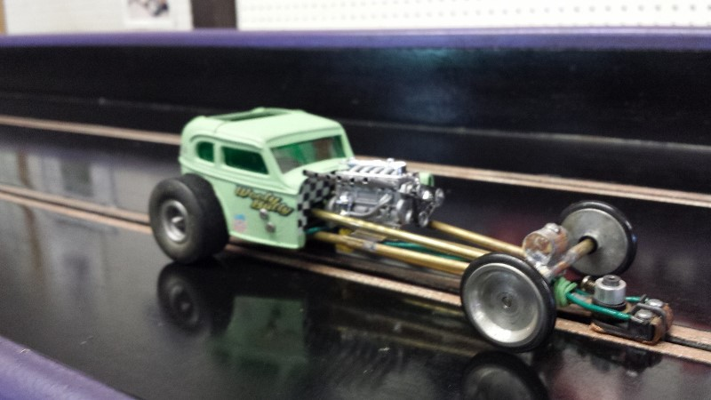 Johnny MAC Green bodied dragster on track (800x450).jpg